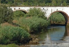 Mittelalterliche Brücke über dem Fluß Arade bei Silves (Algarve)