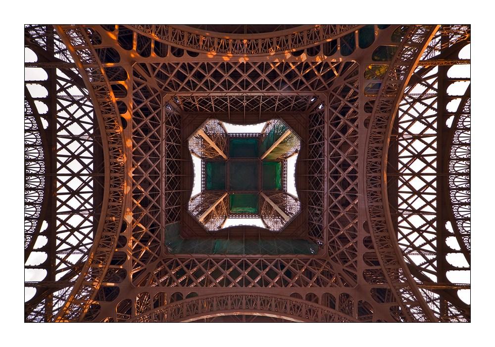 Mitten unter dem Eiffelturm I