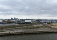 Mittig  Gebäude am Kuhwerder Hafen.