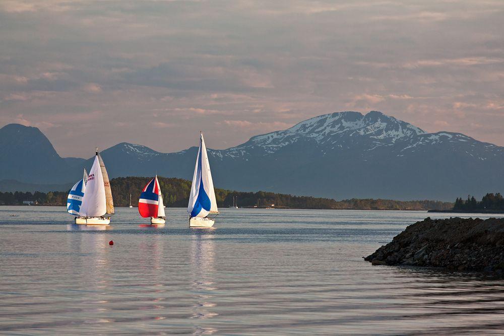 Mittsommernachtssegeln im Romsdalfjord