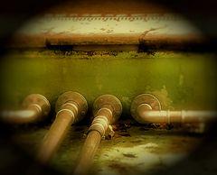Mittwochsmuttern- Wasserrrohre in einem Brunnen
