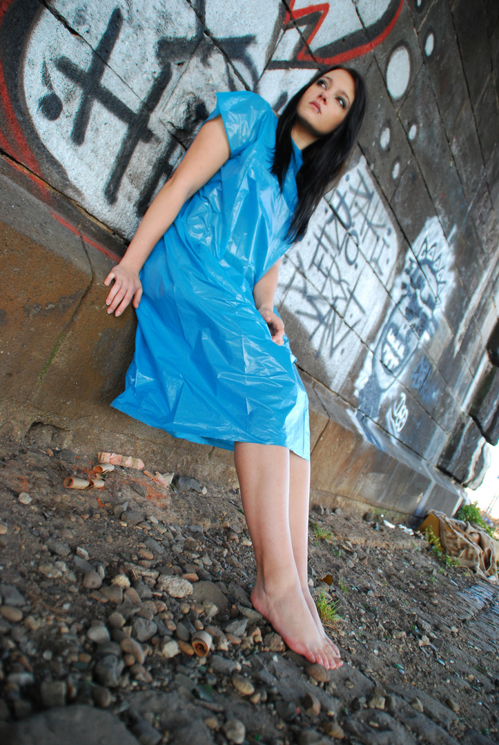 Model im Müllsack