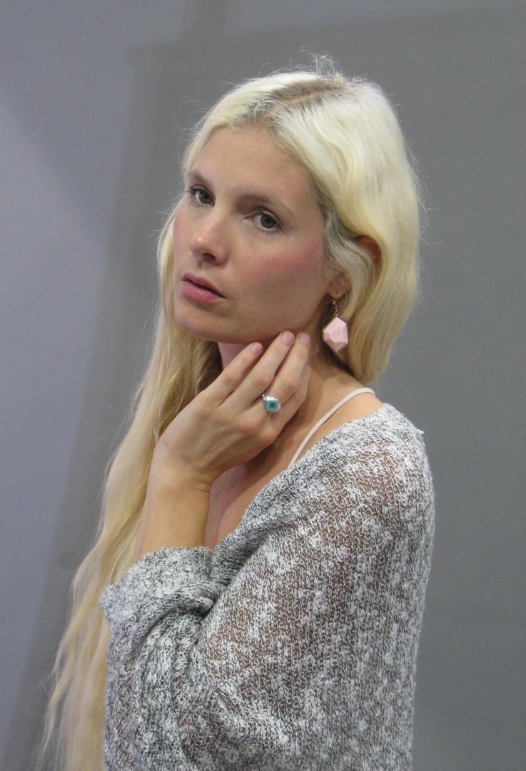 Model im Strick-Kleid