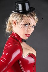 Model Vana im Latex fashion design Frackkorsett