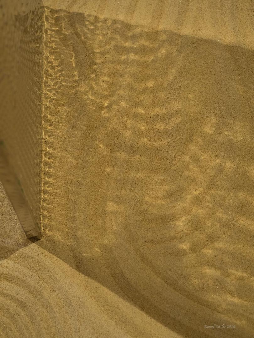 Modell einer vibrierenden Lichtstele in der Wüste