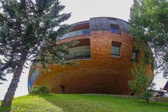 Moderne Bauart in den Bergen