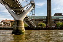 moderne Brücke über einem alten Fluß