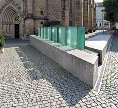 Moderner Brunnen vor der Margaretenkirche
