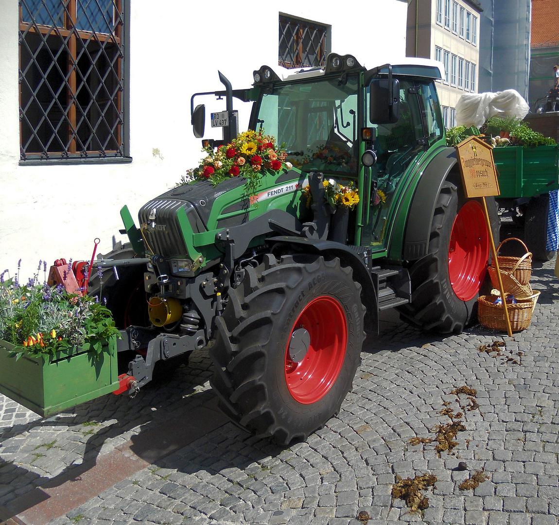 moderner Fendt traktor mit 'ölspur' eines vorgängermodelles