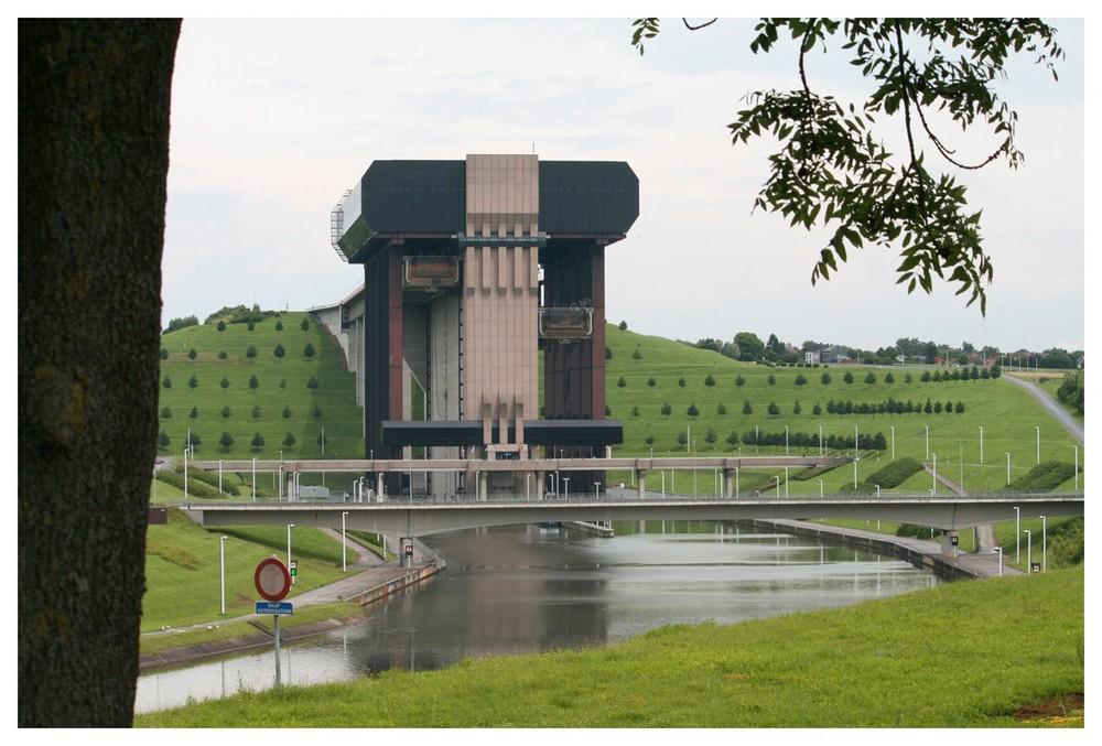 modernes Schiffshebewerk Strepy Thieu in Belgien