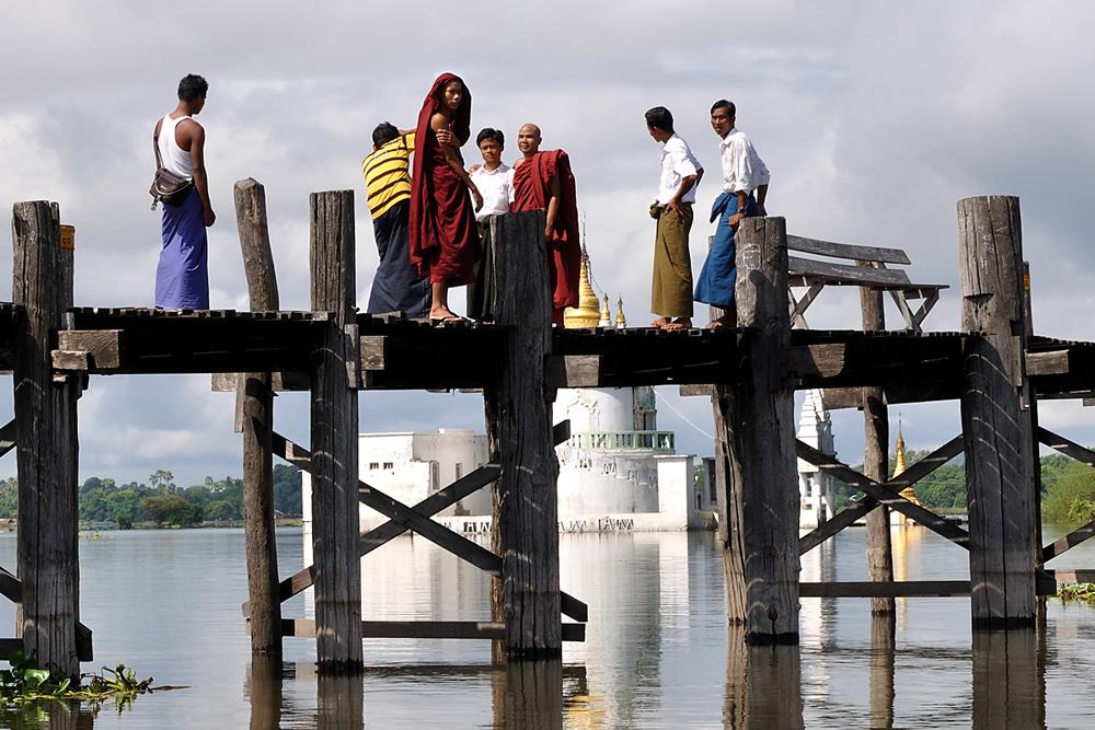 Mönche auf der U-Bein-Brücke