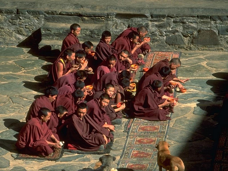 Mönche beim Aufwärmen