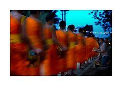 Mönche beim morgentlichen Almosengang