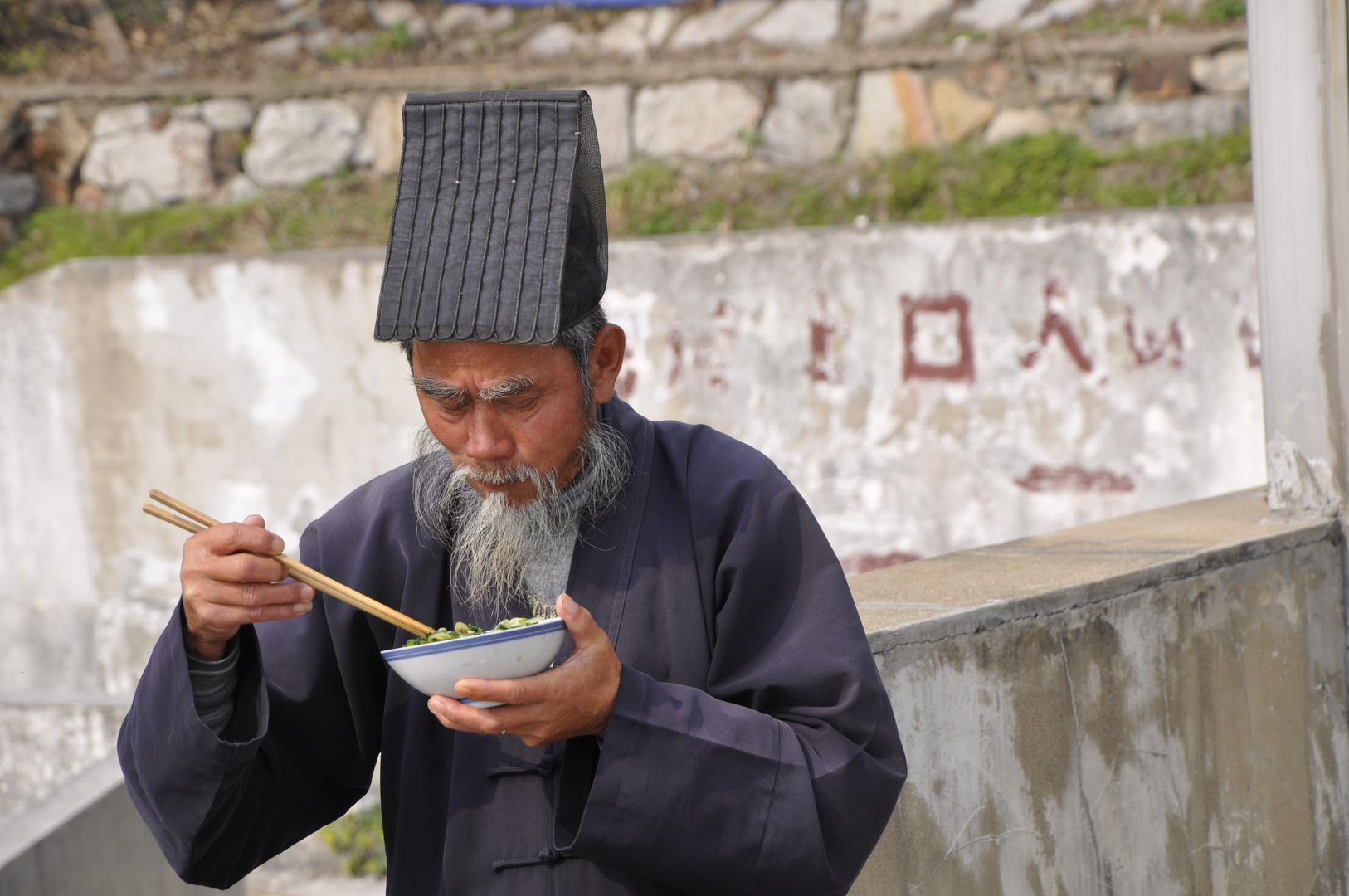 Mönche essen auch im Stehen (China/Maoshan)