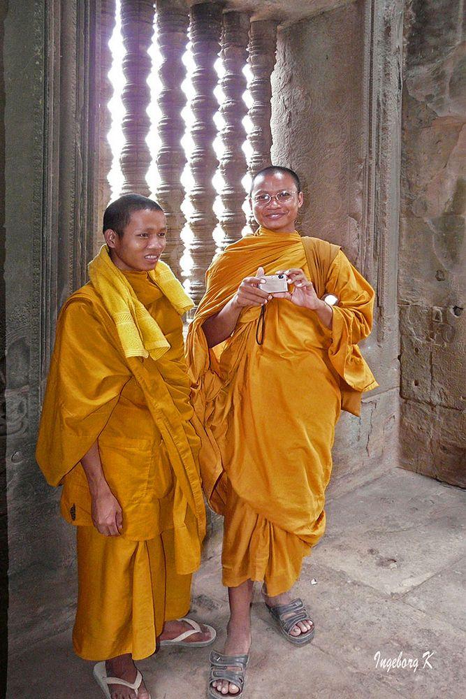 Mönche im Tempel in Angkor-Wat
