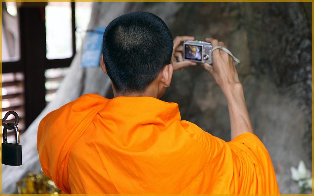 Mönche verehren Buddha..und fotografieren auch digital..
