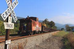 MofW-Train der N&S nähert sich dem Bahnübergang mit der Caboose voran , Narrows, VA, USA
