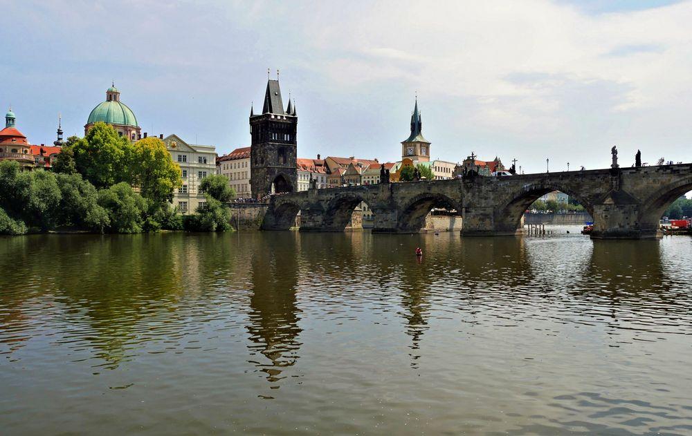 Moldau mit Karlsbrücke ...