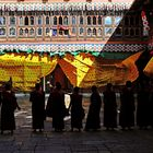 Monaci Buddhisti all'interno dello Jakar Dzong in Bhutan
