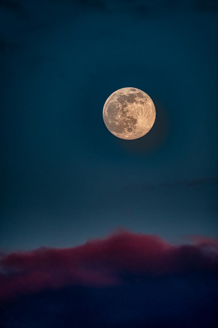 Mond auf roten Wolken
