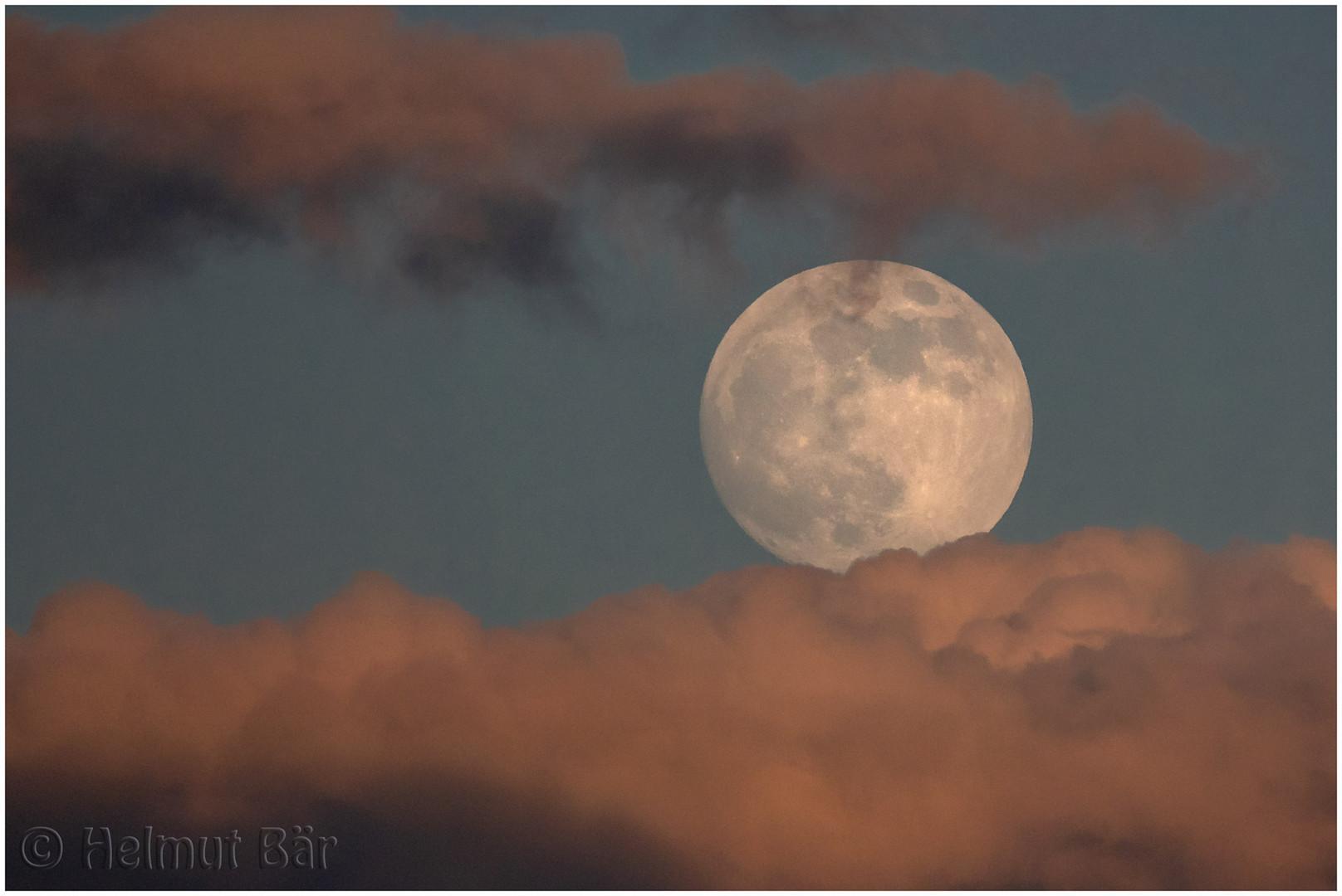 Mond in der Wolkenzange