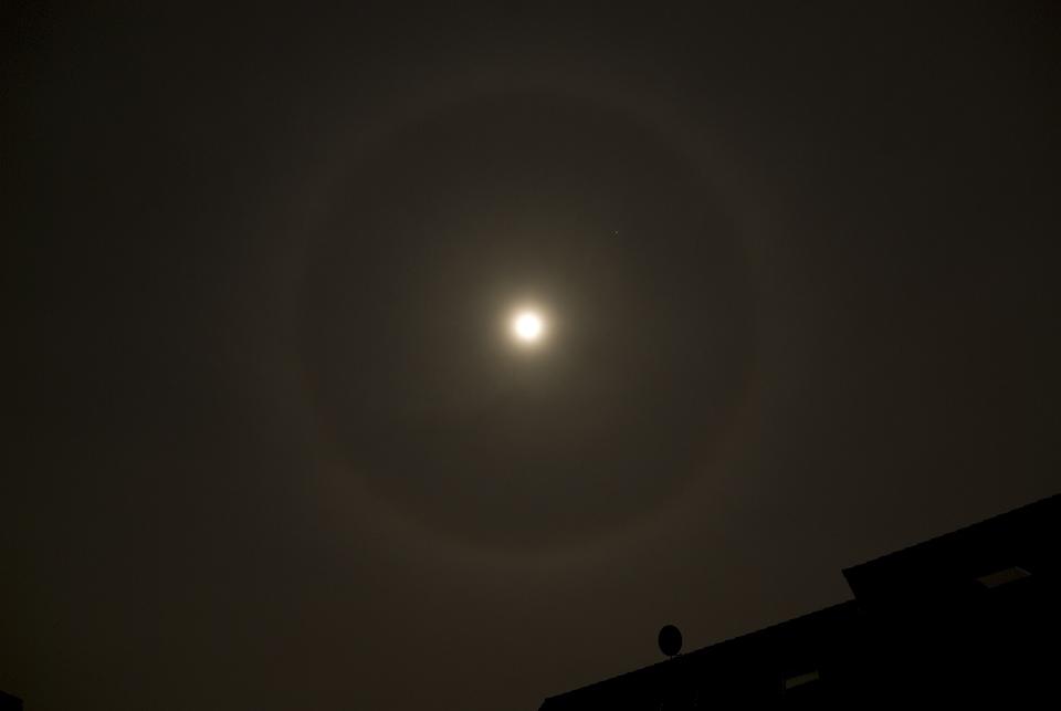 Mond mit großem Ring - warum?