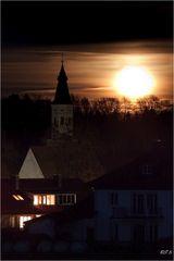 Mond neben Kirche