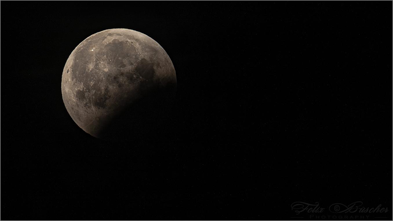 Mond tritt aus dem Erdschatten hervor