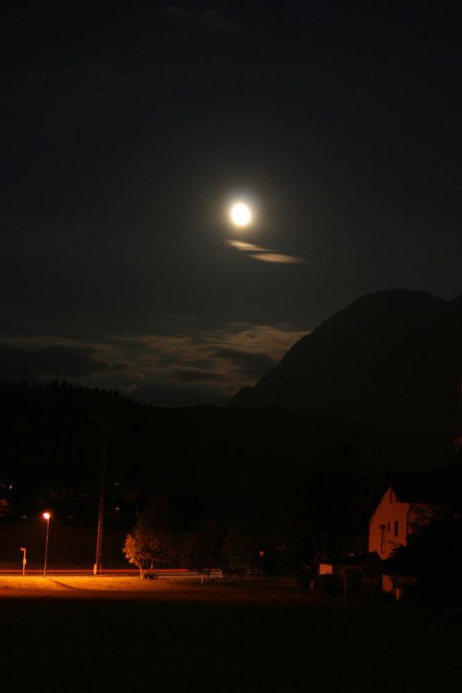 Mond u. Laternen erhellen die Nacht