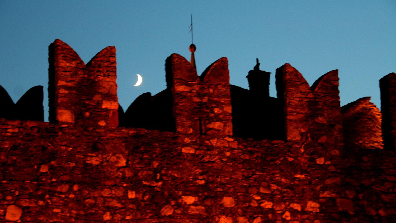 Mond über dem Castello Montebello - Bellinzona