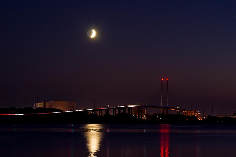 Mond über der Rügenbrücke