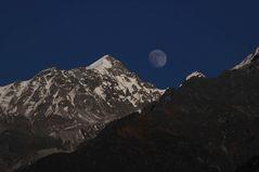 Mond und Berge