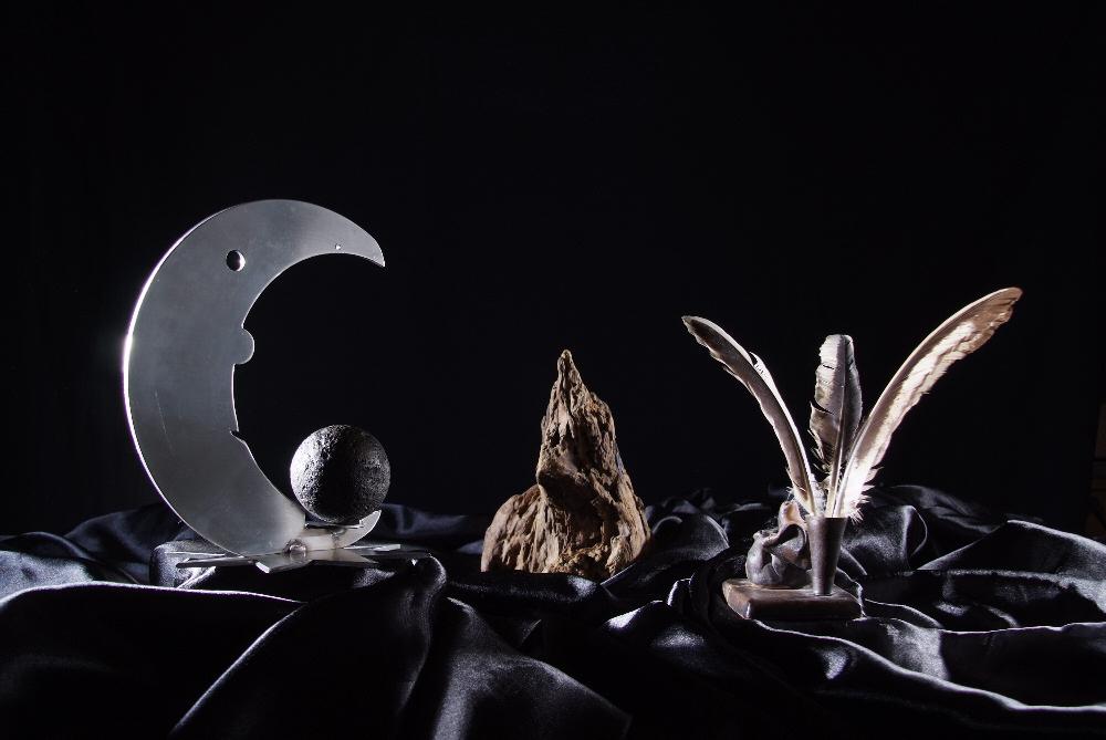 Mond und Federn