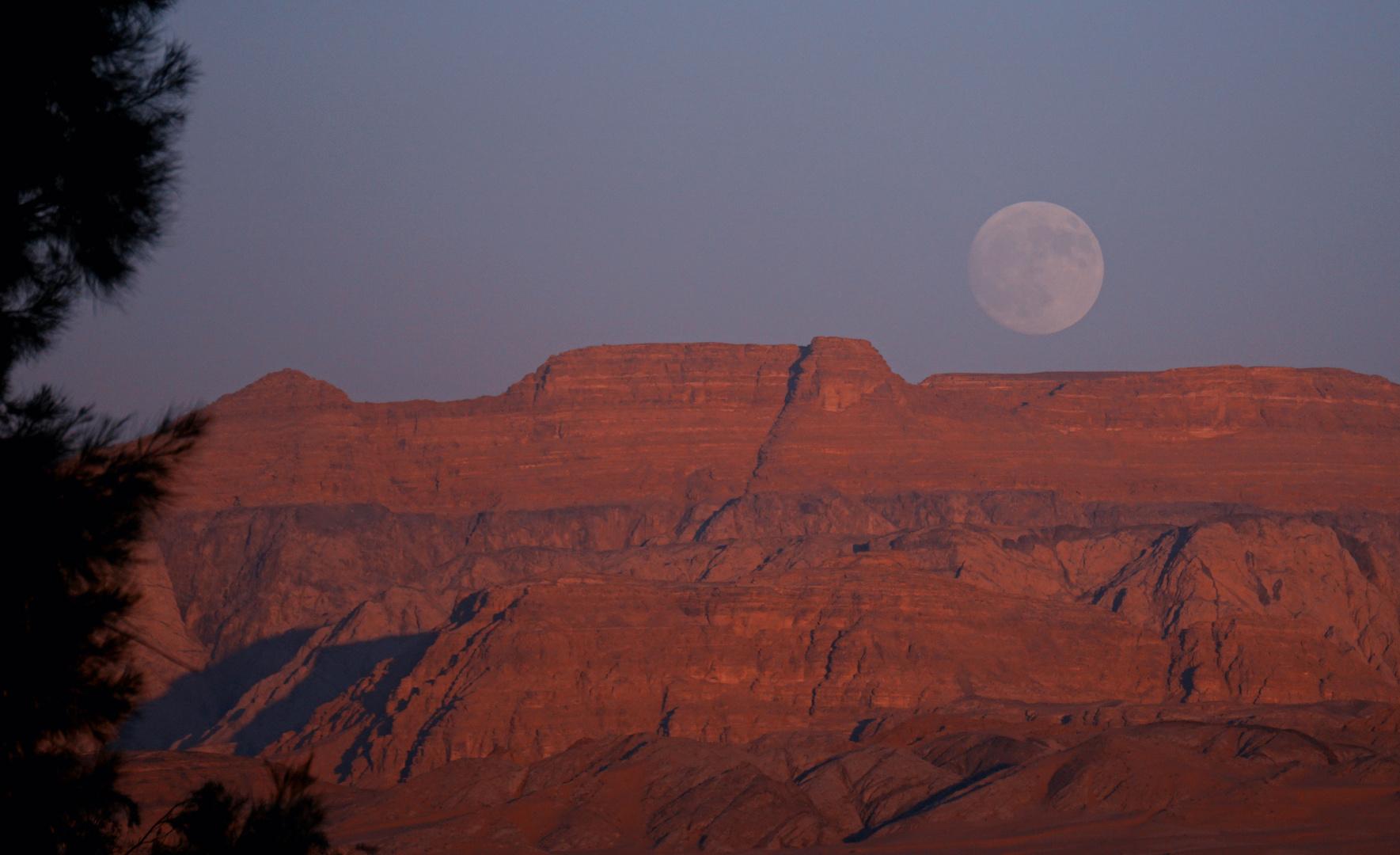 Mondaufgang am Wadi Rum
