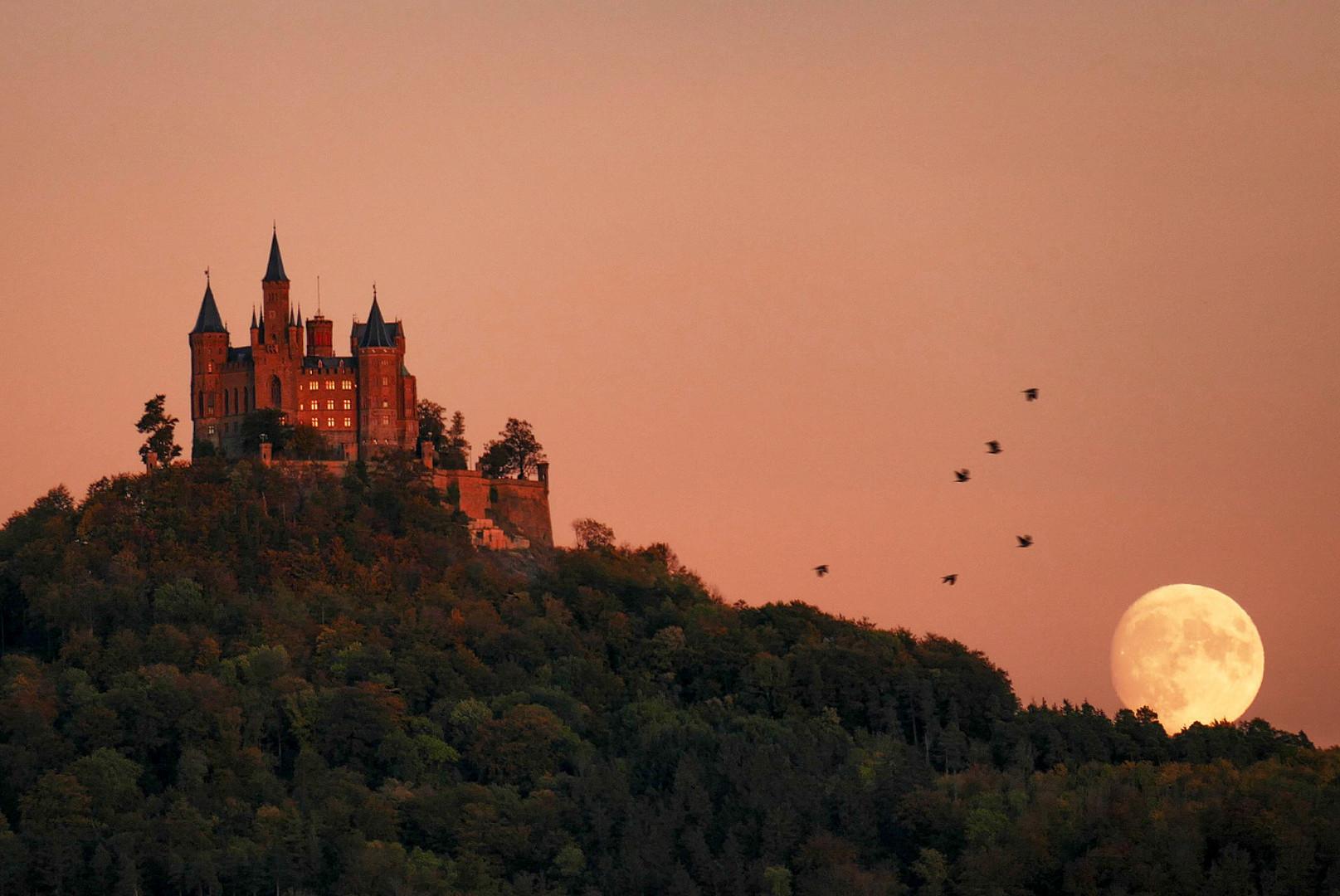 Mondaufgang hinter der Burg Hohenzollern