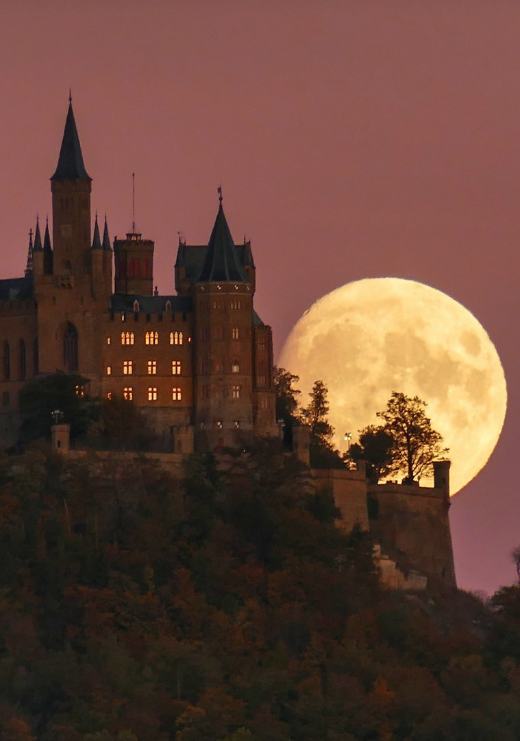 Mondaufgang hiter der Burg Hohenzollern