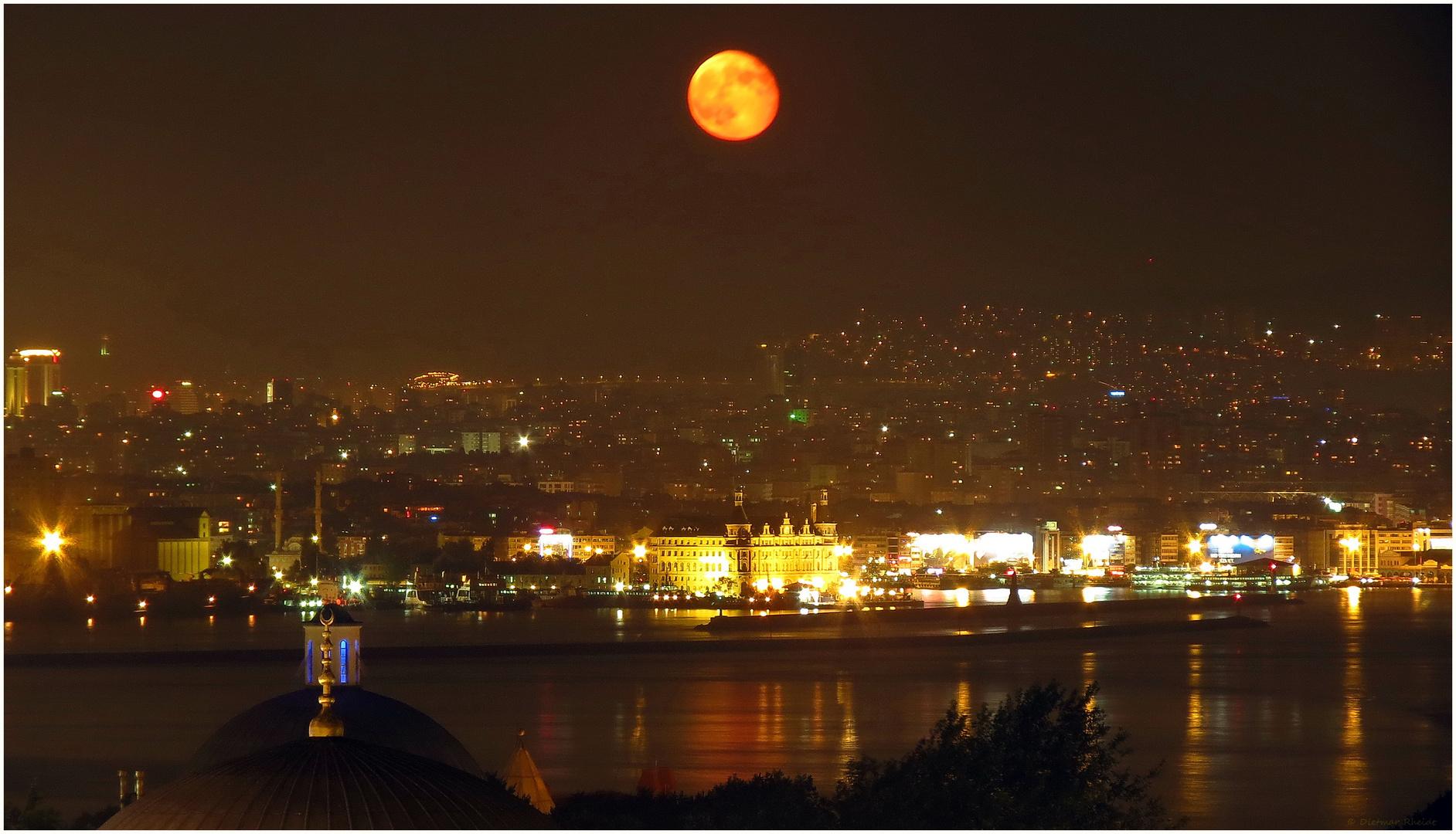 Mondaufgang über Istanbul