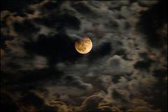 Mondfinsternis mit Wolken und Mondstrahlen...##1951##