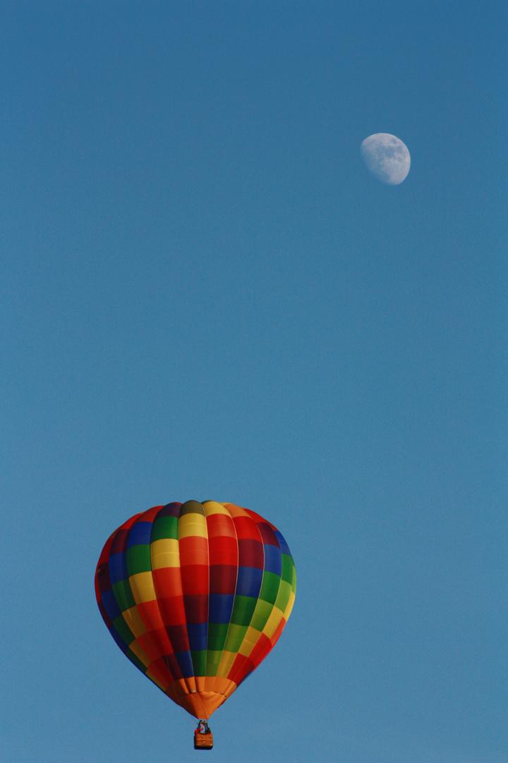 Mondreise mit Ballon bei blauen Himmel
