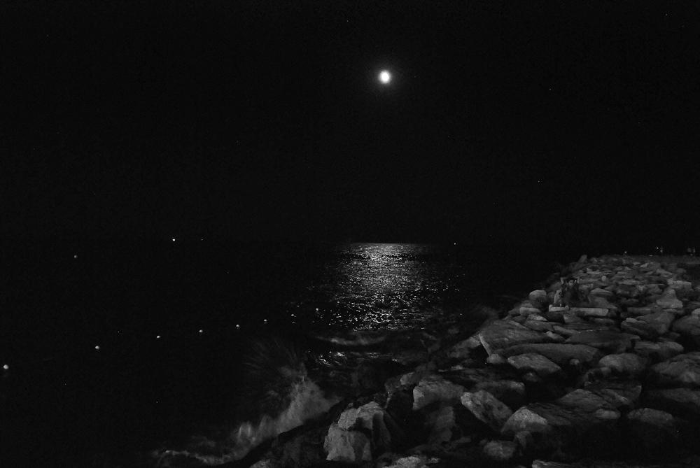 Mondschein mit Wellenschlag