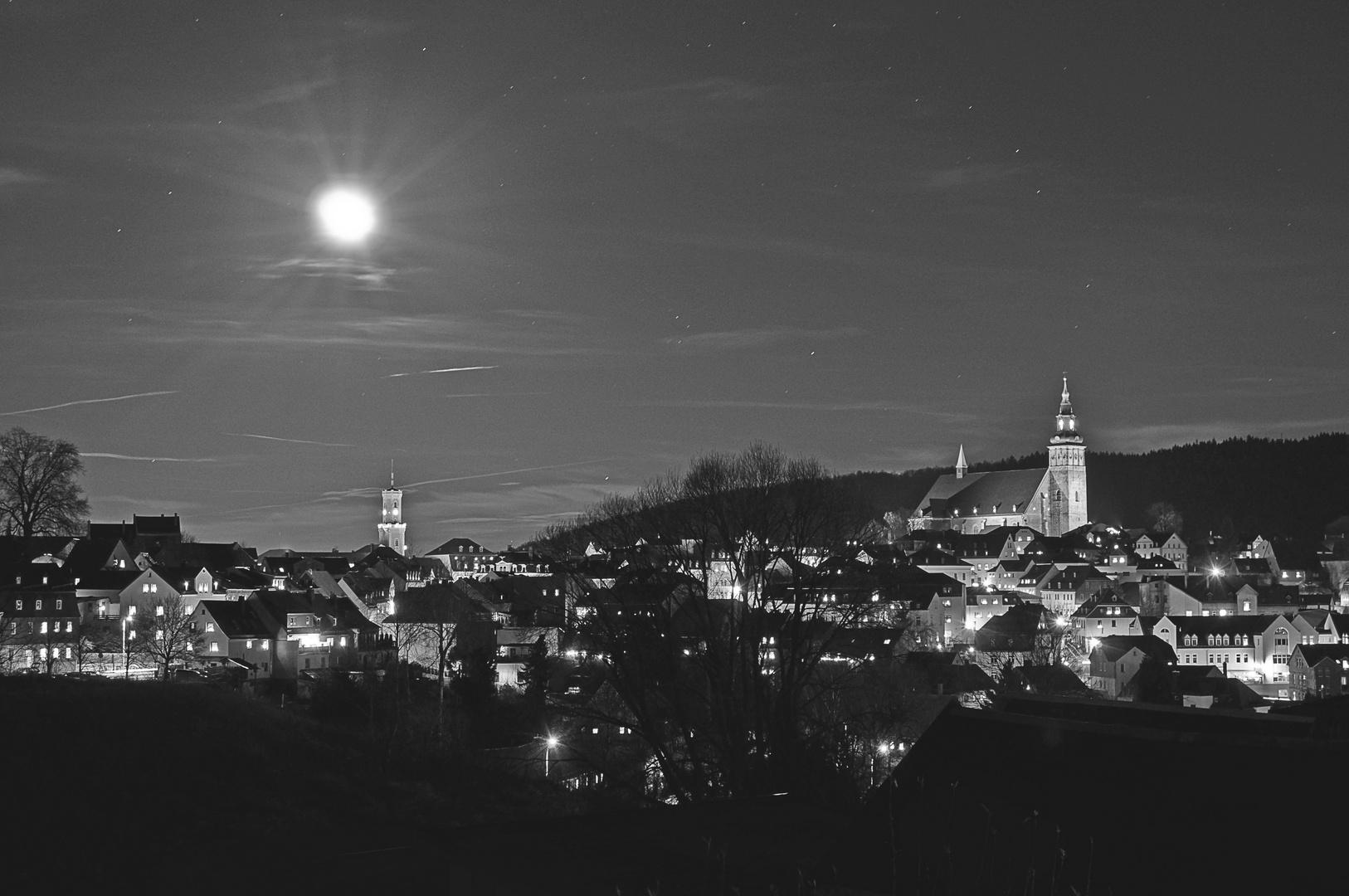 Mondschein über dem nächtlichen Schneeberg in Schwarzweiß