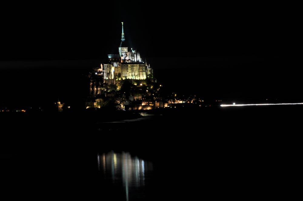 Mont St. Michel bei Regen, Nacht und Flut.