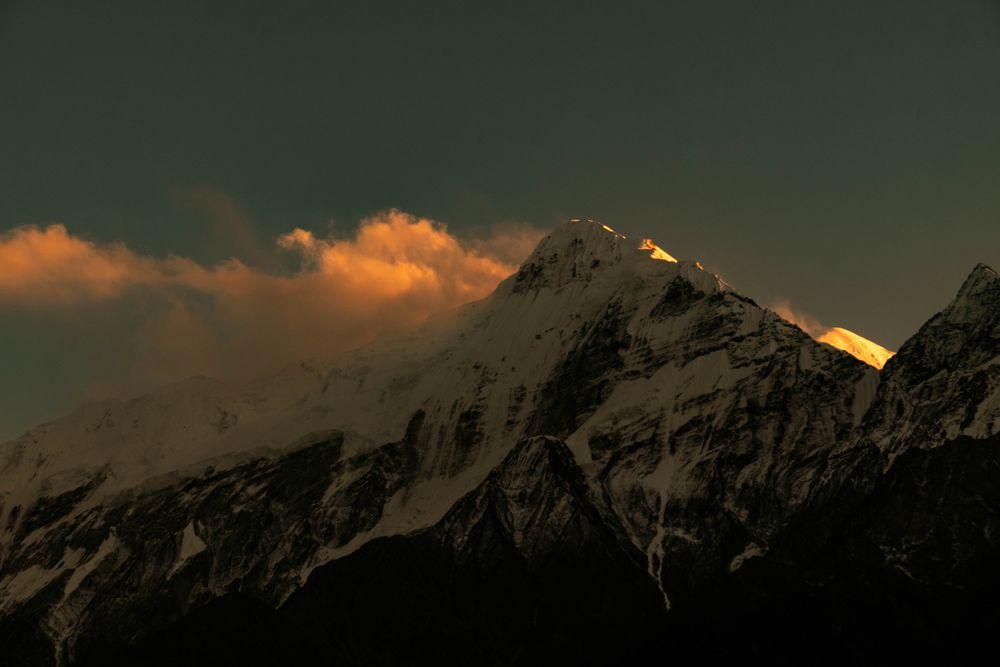 Montaña entre sombras