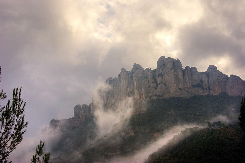 Montserrat bajo la niebla