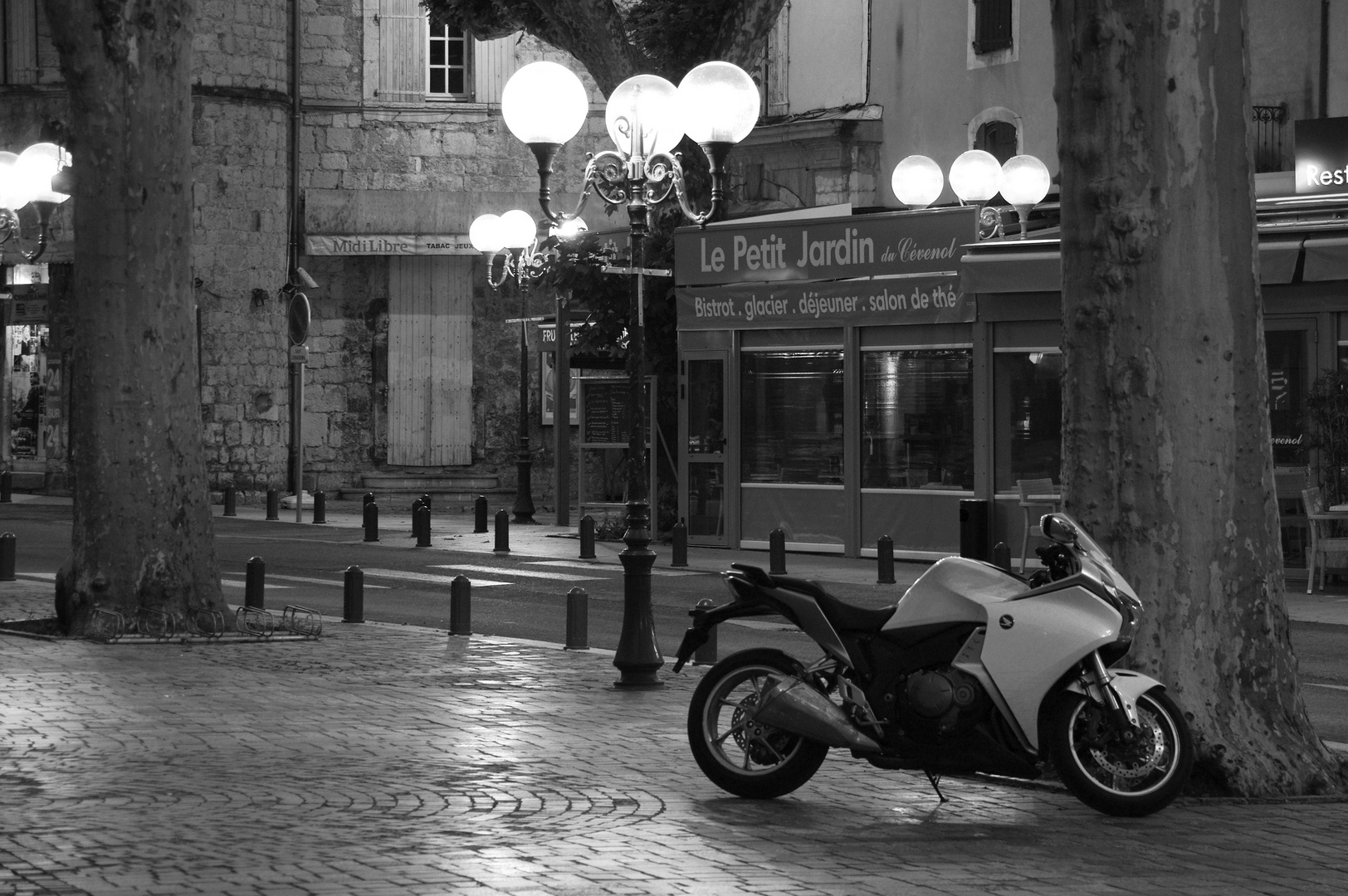 Moped bei Nacht Foto & Bild | autos & zweiräder, motorräder ...