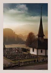 Morgen. Kirche. Friedhof. Emmental.