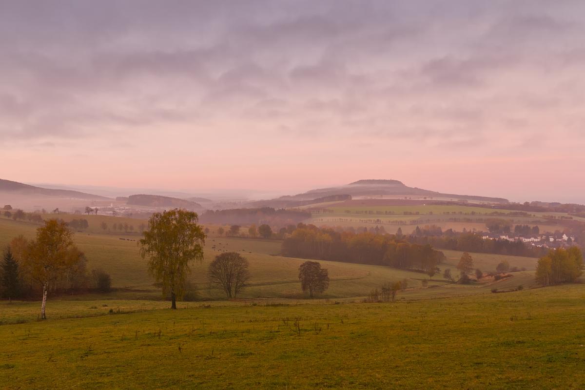 Morgendlicher Blick über Schlettau zum Scheibenberg/Erzgebirge