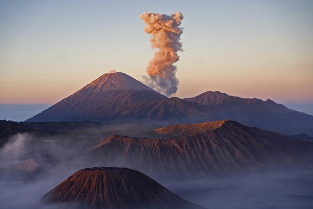 Morgennebel auf dem Vulkan
