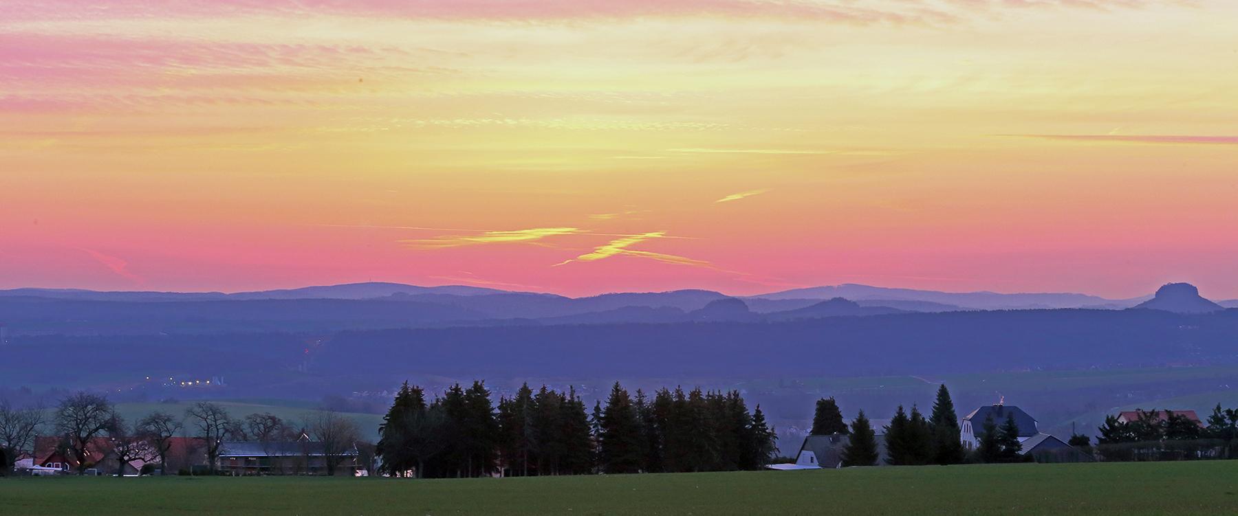 Morgenrot über der Sächsischen Schweiz vom Meusegaster Ziegenrücken