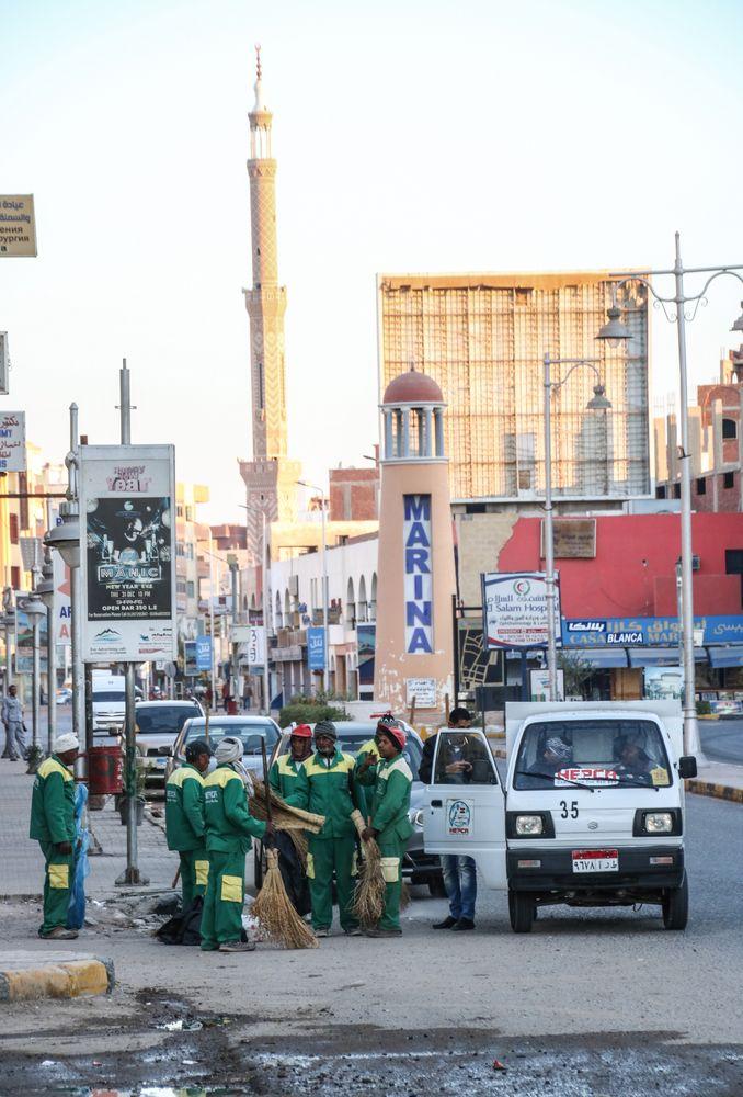 Morgens street Strassenkehrer Aegypten